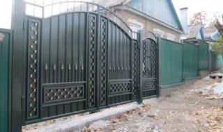 Фото процесса производства распашных ворот в Казани