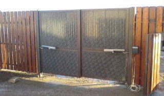 Распашные ворота с электроприводом в Казани